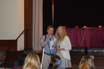 Student Jessica Johnson receiving Alma Murray Essay Contest award from Chris Gray of Missouri Council of the Blind